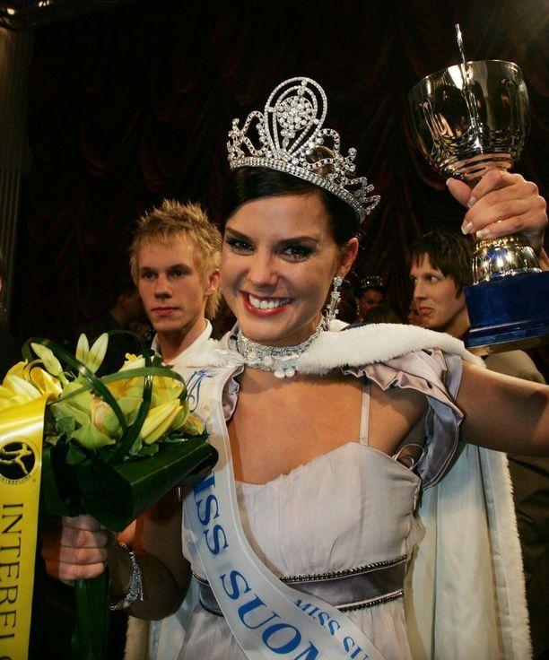 Vuoden 2008 Miss Suomeksi kruunattiin 20-vuotias Satu Tuomisto. Loppukesästä sukunimi vaihtui Aarnioksi, kun satu avoitui pitkäaikaisen miesystävänsä kanssa.