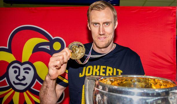 Maailmanmestaruuden voittaneen joukkueen kapteeni Marko Anttila esitteli faneille MM-pokaalia ja kultamitaliaan.