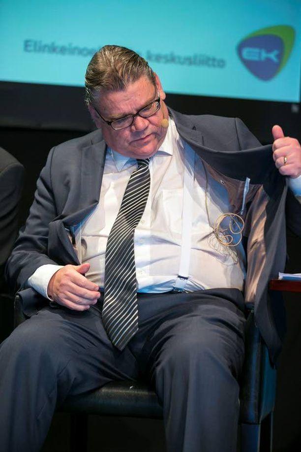 Timo Soini asetteli takkiaan parempaan asentoon EK:n pääministeritentissä tammikuussa.