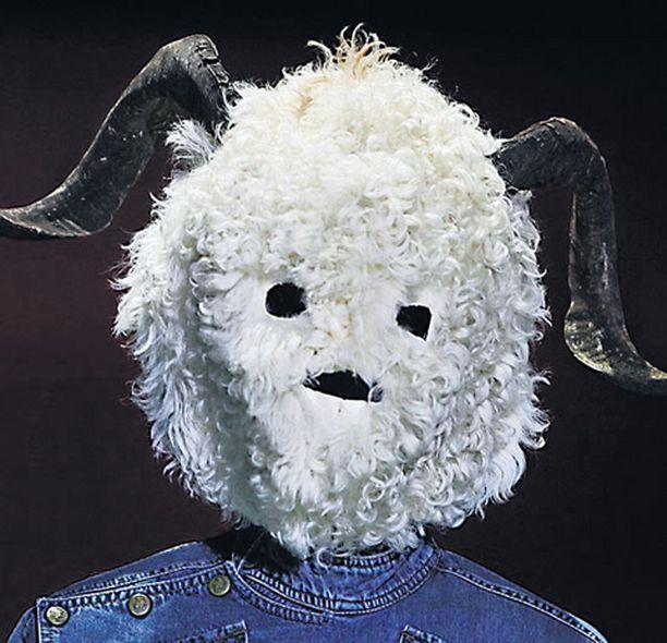 HEISSAN POJAT! Espanjalainen muotisuunnittelija Carlos Diez on luonut tämän raffelin päähineen ilmeisesti varta vasten sellaisille naisille, joiden omat kasvot eivät liiemmin miesten katseita vangitse.