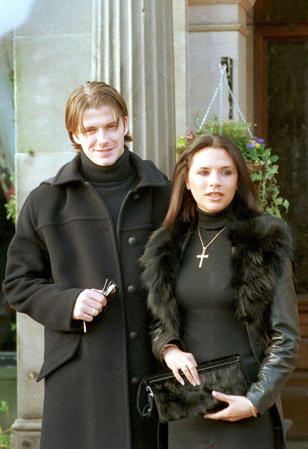 Beckham vaimonsa Victorian kanssa vuonna 2001.