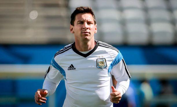 Sveitsin puolustuksella on täysi työ pitää Lionel Messi kurissa.