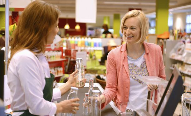 Myyjille on paljon työpaikkoja, mutta samalla myyjiä on myös paljon työttöminä Suomessa.