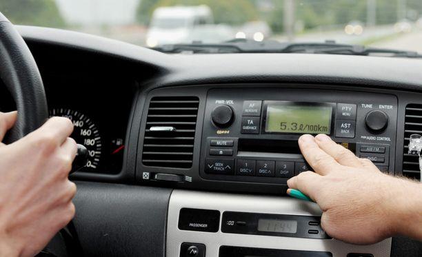 Halpenemisen taustalla on se, että ajolupien myöntäminen siirtyy poliisilta liikenteen turvallisuusvirasto Trafille. Kuvituskuva.