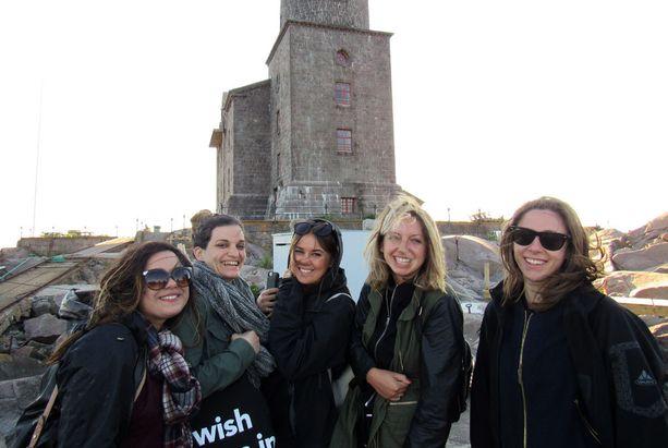 Viisi bloggaria Lontoosta tutustui Suomen alkukesän saaristomereen Kemiön saaristossa. Bloggarit vasemmalta Mahreen Yusut, Emilie Lovaine, Liberty Barrons, Lizzie Mulherin ja Alana Fogarty.
