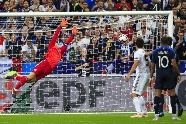 Antoine Griezmannin tasoituspusku painuu Manuel Neuerin selän taakse.