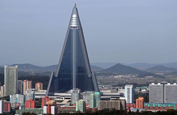 Pyramidihotelli on 330 metriä korkea. Se hallitsee Pjongjangin kaupunkikuvaa.