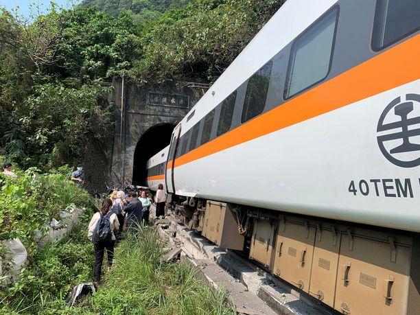 Juna ajautui raiteiltaan tunnellissa törmättyään kuorma-autoon. Pelastajilla on ollut vaikeuksia päästä tunneliin rutistuneiden vaunujen luokse.