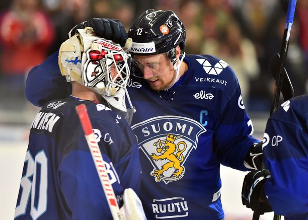 Jo Tshekin EHT-turnauksessa Suomen kapteenina toiminut Marko Anttila onnitteli maalivahti Kevin Lankista Venäjä-voiton jälkeen.