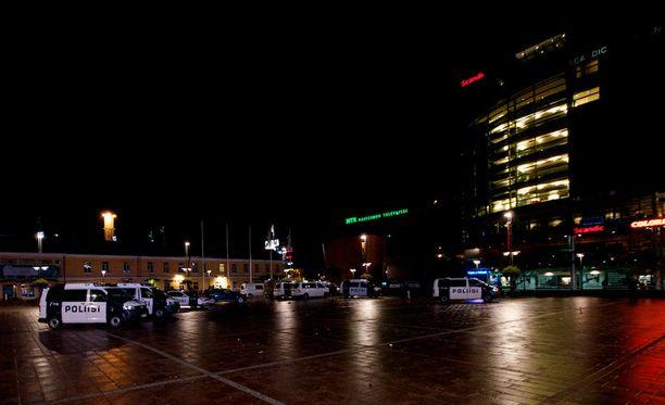 Kampin Narinkkatorilla ravintolan edustalla on useita poliisiautoja.