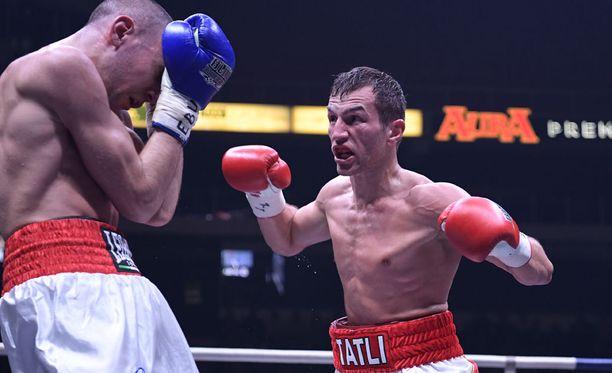 Edis Tatli (oik.) hävisi EM-ottelun, vaikka sai selvästi enemmän iskuja perille.
