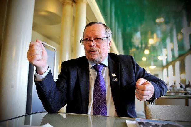 Reijo Tossavaisen mielestä isänpäivä olisi muutettava viralliseksi liputuspäiväksi.
