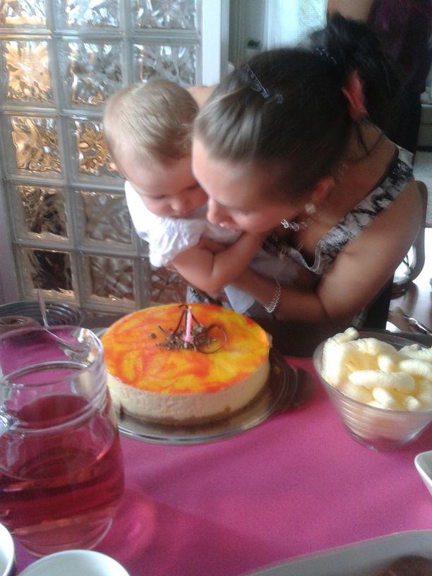 Liina sai kuin saikin puhaltaa kynttilän kakun päältä yksivuotisjuhlissaan.