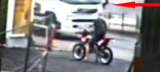 Ensimmäinen kuva on hetkestä, jossa pyöräilijä näkyy sen jälkeen, kun pyöräturmassa taposta syytetty mies ajaa henkilöautollaan turmapaikan ohi. Tässä kohdassa syyttäjän väittämä törmäys on jo tapahtunut, ja pyöräilijä pysyy vain vaivoin pystyssä.