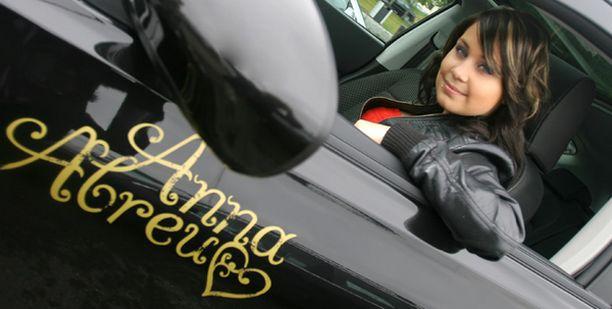 Auton rattiin. Anna Abreu sinkoilee liikenteessä upouudella autollaan. – Tosin juhannuskeikoille lähden bussilla, Anna tunnustaa.