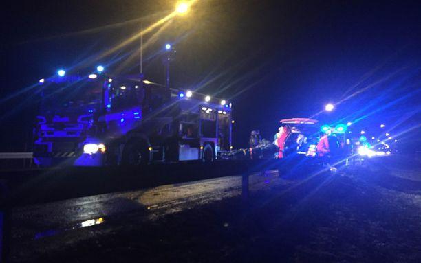 Hätäkeskuksen mukaan paikalla oli 8 ambulanssia, 5-6 pelastusyksikköä sekä 5 poliisiautoa.