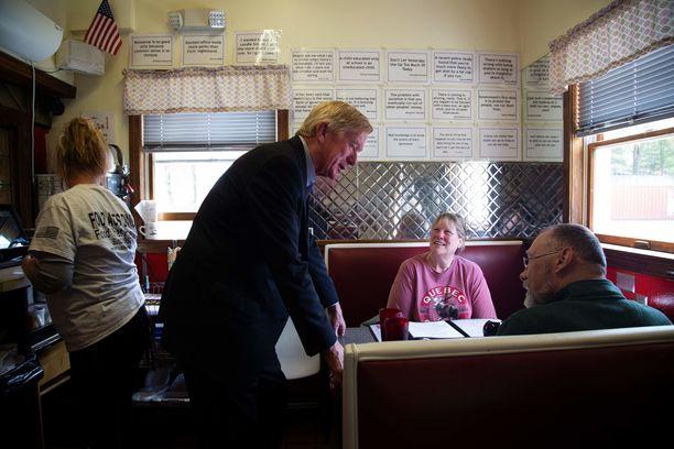 Mikrovaikuttamista: Weld puhutteli kansalaisia diner-tyylisessä ruokalassa New Hampshiressa.