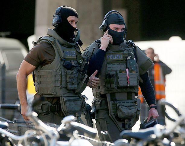 Rautatieasemalla on raskaasti aseistautuneita poliiseja.