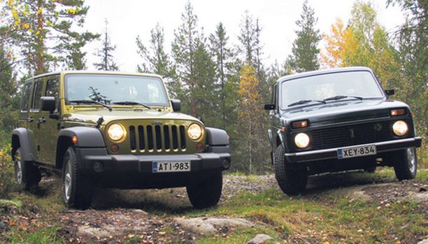 STARTTI Kaksi pyöreälamppuista aitomaasturia lähtöruuduissaan., Jeep (vas.) ja Niva.