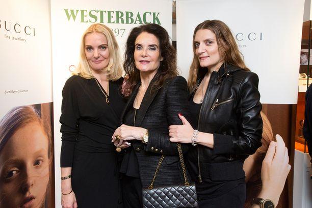 Kaarina Kivilahti järjesti salonkinäytöksen vaatetuksen tyttäriensä Klaran (vas.) ja Karinan kanssa.