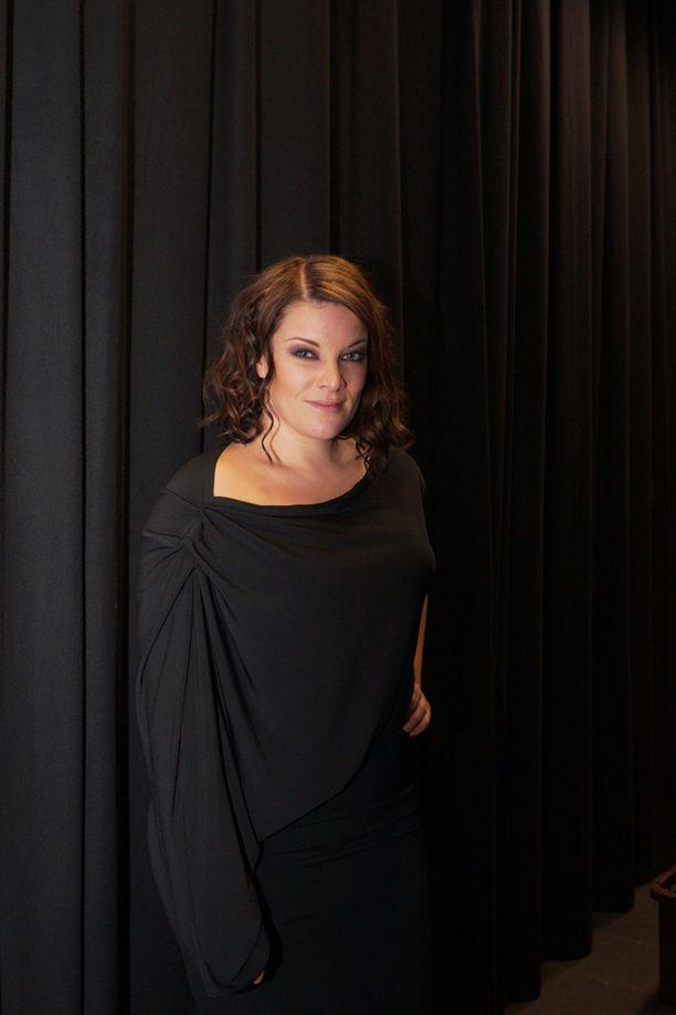 Pakarinen kuvattuna Naistenpäivän hyväntekeväisyyskonsertissa vuonna 2014.