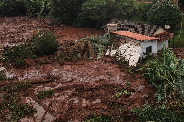 Pelastajat keskittyivät etsimään selviytyjiä mutaan hautautuneista taloista, autoista ja junista.