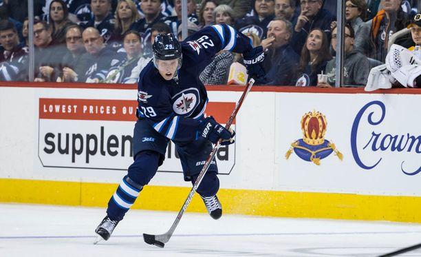Jetsin Patrik Laine teki kauden yhdeksännen maalinsa jo Dallas-ottelun avauserässä.