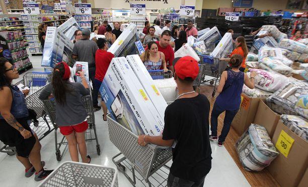 Walmart-kaupassa kävi perjantaina kova kuhina Yhdysvaltojen itsehallintoalueeseen kuuluvassa Puerto Ricossa.