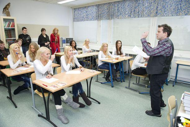 Missit koulun penkillä. Rehtori Aki Virolainen pitää leikkimielistä tuntia.