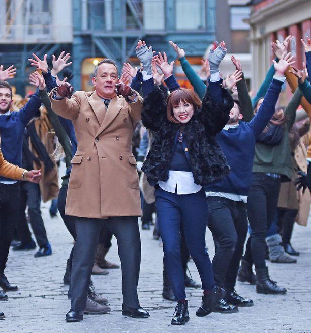 Tom Hanks esittää videolla Carlyn rinnalla hienoja tanssiliikkeitä.