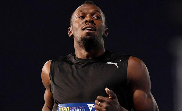 Usain Bolt suuteli Kingstonin rataa hyvästiksi.