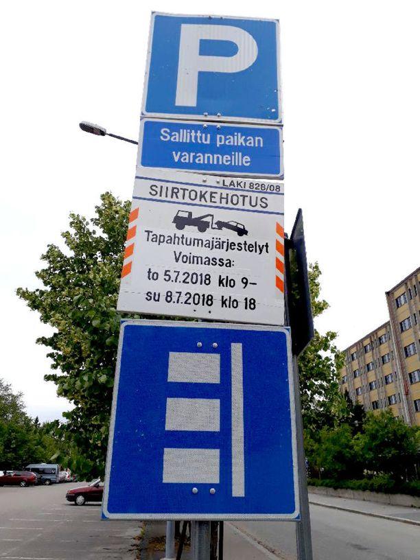 Asukkaille tulleiden siirtokehotuksien lisäksi kehotus on ilmestynyt myös parkkipaikan liikennemerkkeihin. Kyltissä kerrotaan, että autoa ei saa pysäköidä kadulle torstaiaamun ja sunnuntai-illan välisenä aikana.