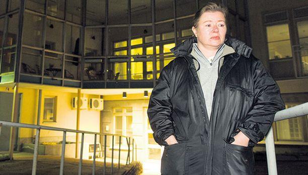 SURULLINEN Annika Lindforsilla on kova huoli äidistään, joka saattaa jäädä vaille sädehoitoa hoitajien irtisanoutumisten takia.