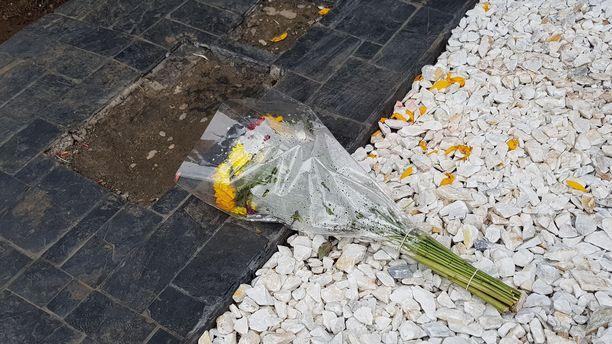 Pablo Escobarin haudalle ilmestyy säännöllisesti kukkia. Hautakivi on puhdistettavana Escobarin kuoleman 25-vuotismuistojuhlan kunniaksi.