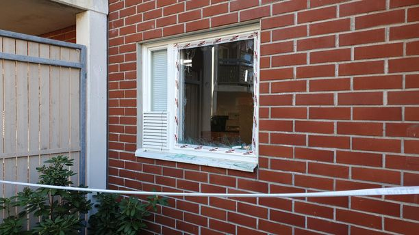 Poliisit menivät tästä ikkunasta asuntoon sisälle.