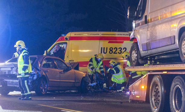 Yksi henkilö loukkaantui kolmen auton rajussa kolarissa Loviisan Valkossa.