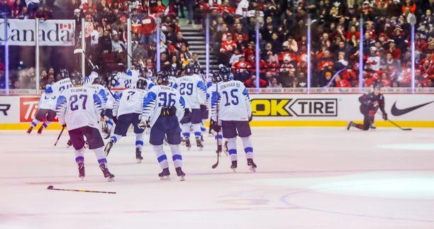 Suomen pelaajat juhlivat villisti 2-1-voittoa Kanadasta.