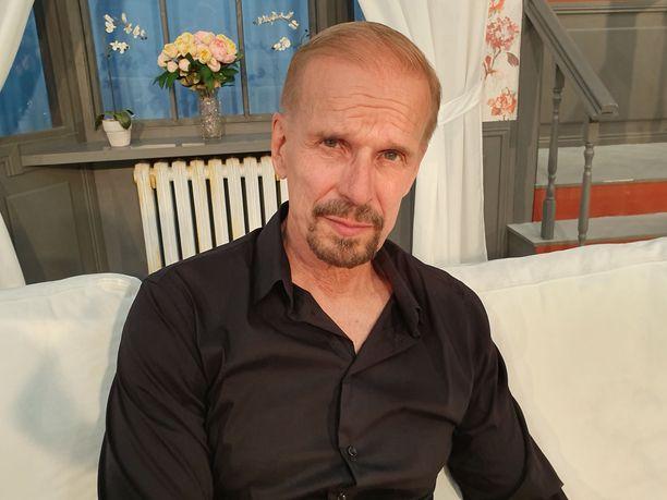 Jukka Puotila ehtii mökkeilemään Saimaalle ennen heinäkuun teatteriesityksiä.