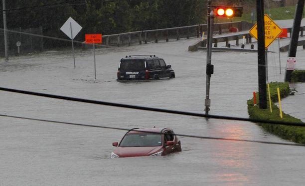 Kadut ovat muuttuneet joiksi Texasin Houstonissa tulvien takia.