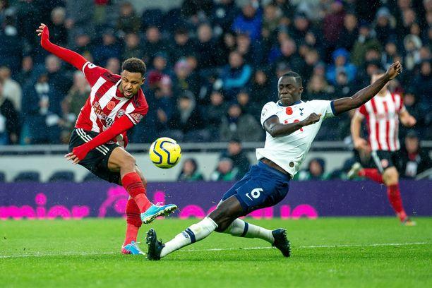 Jalkapallossa 2–1-tulos kumpaankin suuntaan on erityisen suosittu. Kuvassa pallosta taistelevat Sheffield Unitedin Lys Mousset (vas.) ja Tottenhamin Davinson Sanchez.