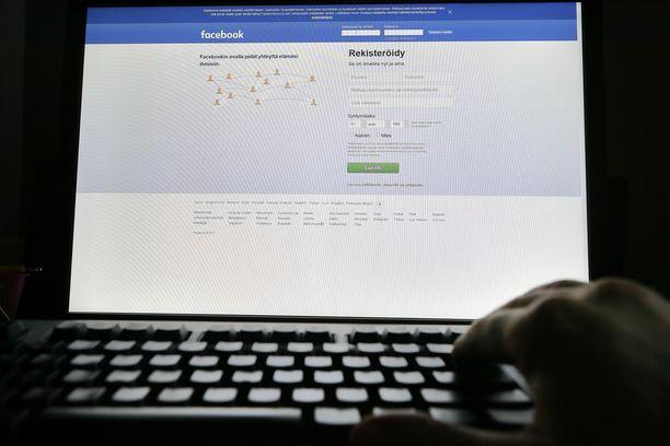 Facebook koittaa kitkeä valeuutisia tiukentamalla kyberturvallisuuttaan. Esimerkiksi Yhdysvalloissa tutkitaan, kuinka Venäjä vaikutti presidentinvaaleihin.