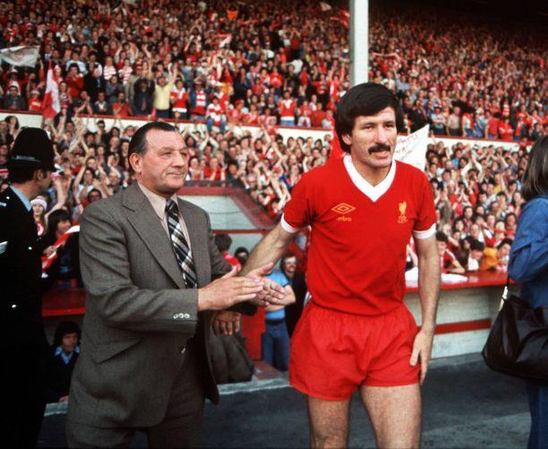 Tommy Smith voitti Liverpoolin paidassa muun muassa neljä Englannin mestaruutta. Vasemmalla valmentajalegenda Bob Paisley.
