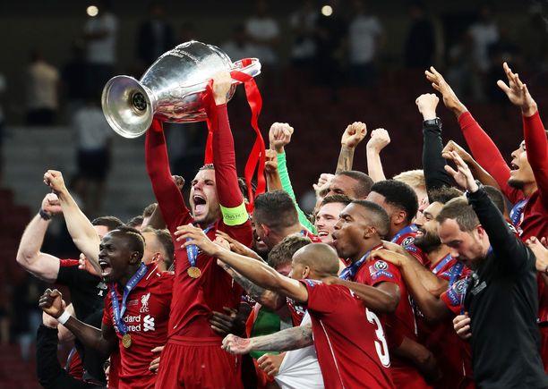 Liverpool-kapteeni Jordan Henderson nosti Mestarien liigan voittopokaalin ilmaan Madridin illassa.