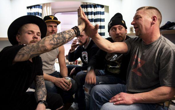 Tatu (vas), Mikko, Tom, Jesse ja Jarppi ovat työkavereita.