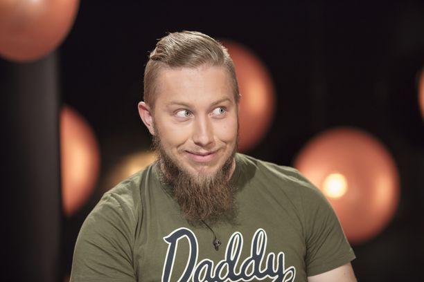 Anssi luuli, että hän ehtisi ajaa parran ennen kuvauksia. Näin ei kuitenkaan käynyt. Mies iloitsee, ettei parta ollut esteenä Elviiran numeron saamiselle.