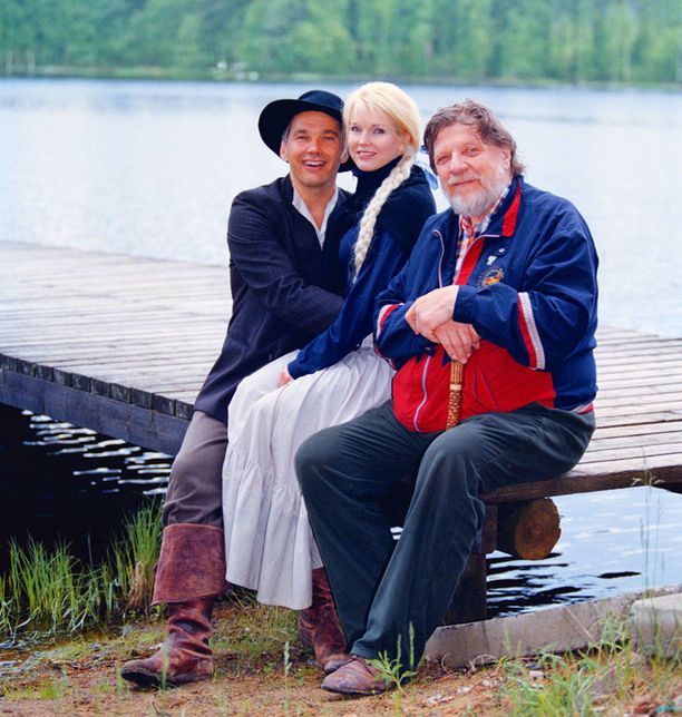 Pekka Räty (vas.), Johanna Raunio ja Leo Lastumäki Tukkijoella-näytelmässä Halkosaaren kesäteatterissa vuonna 1998.