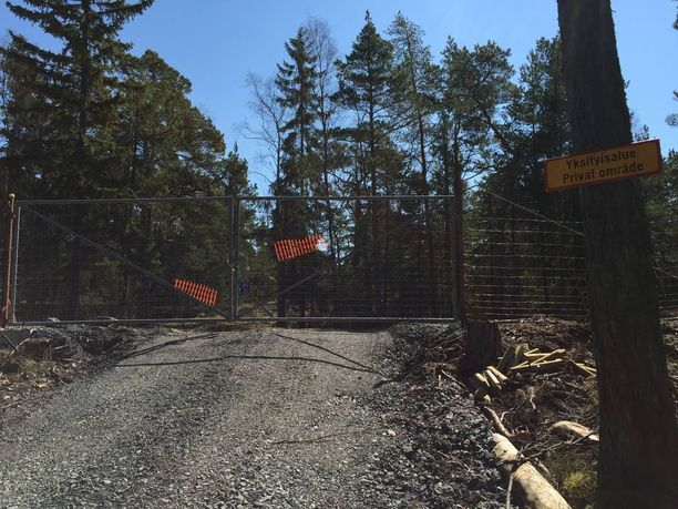 Räikkösen motocrossrataa suojaavat rautaportit.