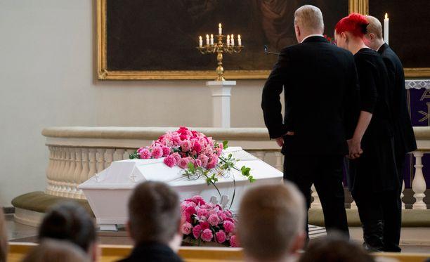 Mopoautokolarissa kuolleen nuoren naisen hautajaisia vietettiin eilen.