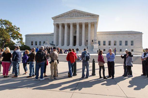 Ihmiset odottivat torstaina USA:n korkeimman oikeuden avautumista. Korkein oikeus ei toistaiseksi olet ottanut käsittelyyn homoliittoja koskevia valituksia.
