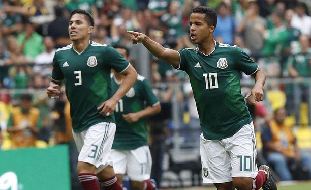 Carlos Salcedo (vas.) ja Giovanni do Santos juhlivat sekä kentällä että kentän ulkopuolella.